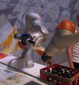 Zwei einarmige Roboter schenken den Besuchern der Hannover Messe 2016 ein Glas Bier ein. (Foto: © Welf Schröter)